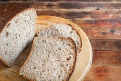 Świeżo piec pokrojony chleb na drewnianej tnącej desce na starym zaleca się Fotografia Stock