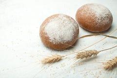 Świeżo piec pszeniczny chleb na drewnianym stole, przestrzeń dla teksta obraz royalty free