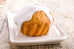 Świeżo piec słodka bułeczka z białym lodowaceniem Zdjęcia Stock