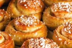 Świeżo piec słodkie chlebowe rolki lub babeczki Fotografia Stock