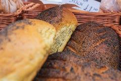 Świeżo piec skorupiasty makowego ziarna chleb na pokazie przy lokalnym rynkiem w Chester, Chestershire, UK zdjęcie royalty free