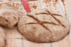 Świeżo piec tradycyjna Majorcan brown chlebowa niecka Moreno na stole zakrywającym z tablecloth Sineu rynek, Majorca Zdjęcie Stock