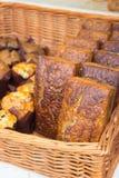 Świeżo piec tradycyjni bochenki żyto chleb na kramu zdjęcie stock