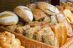 Świeżo piec tradycyjni bochenki żyto chleb na kramu Fotografia Royalty Free