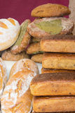 Świeżo piec tradycyjni bochenki żyto chleb na kramu Obrazy Royalty Free
