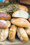Świeżo piec tradycyjni bochenki żyto chleb na kramu Zdjęcie Royalty Free
