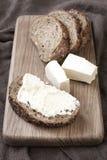Świeżo piec tradycyjny chleb na drewnianej desce fotografia royalty free