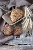 Świeżo piec tradycyjny chleb na drewnianym stole fotografia stock