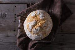 Świeżo piec tradycyjny chleb na drewnianym stole Zdjęcie Stock