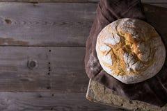 Świeżo piec tradycyjny chleb na drewnianym stole Fotografia Royalty Free