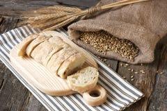 Świeżo piec tradycyjny ciabatta chleb zdjęcia stock