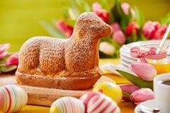 Świeżo piec wiosny wielkanocy baranek kształtujący tort obraz stock