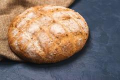 Świeżo piec wokoło domowej roboty chlebów na czarnym tle Obrazy Stock
