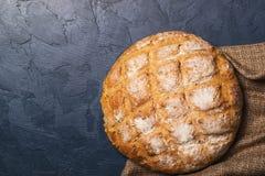 Świeżo piec wokoło domowej roboty chlebów na czarnym tle Obraz Royalty Free