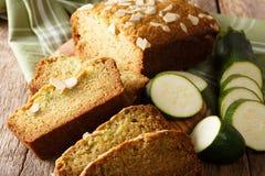Świeżo piec zucchini chleb z migdałami makro- na stole Ho fotografia stock