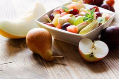 Świeżo przygotowana owocowa sałatka - zdrowy jarski karmowy zdrowy łasowanie Fotografia Royalty Free