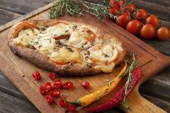 Świeżo przygotowana pizza, piec z ziele i warzywami obrazy royalty free