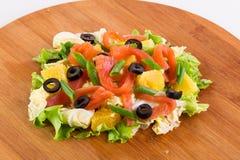 Świeżo przygotowana sałatka z rybą, pomarańcze i oliwkami, obraz stock