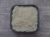 Świeżo przygotowany chałupa kulebiak na popielatej powierzchni zdjęcie royalty free