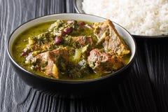 Świeżo przygotowany Ghormeh Sabzi jagnięcy gulaszu mięso z ziele wewnątrz i fasolami w górę ryżu i pucharu horyzontalny obrazy royalty free