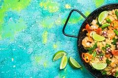 Świeżo przygotowany hiszpański owoce morza paella w niecce fotografia royalty free