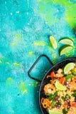 Świeżo przygotowany hiszpański owoce morza paella w niecce obraz stock