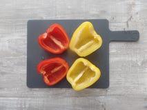 Świeżo przygotowany kolor żółty i czerwoni pieprze fotografia stock