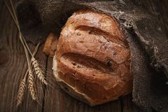 Świeżo przygotowany korzenny chleb na drewnianym stole obraz stock