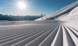 Świeżo przygotowany narciarski skłonu, narty teren z i fotografia stock