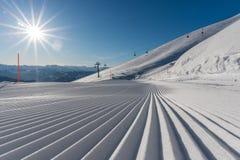 Świeżo przygotowany narciarski skłonu, narty teren z i fotografia royalty free