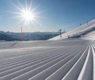 Świeżo przygotowany narciarski skłonu, narty teren z i obrazy royalty free