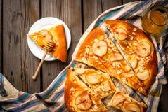 Świeżo przygotowany owocowy focaccia tort z bonkretami i migdałami obraz royalty free