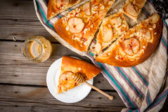 Świeżo przygotowany owocowy focaccia tort z bonkretami i migdałami obrazy royalty free