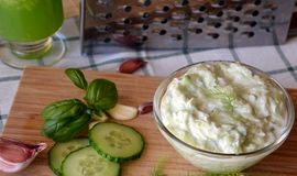 Świeżo przygotowany tzatziki kumberland na szklanym pucharze zdjęcia stock