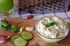 Świeżo przygotowany tzatziki kumberland z ogórkowym napojem zdjęcia stock