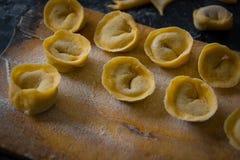 Świeżo przygotowany Włoski tortellini na drewnianej desce obraz royalty free