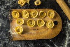 Świeżo przygotowany Włoski tortellini na drewnianej deski odgórnym widoku zdjęcie royalty free
