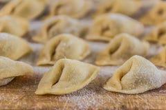 Świeżo przygotowany Włoski tortellini na drewnianej deski zakończeniu up zdjęcie royalty free