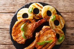 Świeżo przygotowany wyśmienicie piec na grillu wieprzowina kotlecik w miodowym ananasie zdjęcie stock