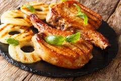 Świeżo przygotowany wyśmienicie piec na grillu wieprzowina kotlecik w miodowym ananasie fotografia stock