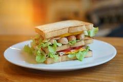 Świeżo robić świetlicowe kanapki słuzyć na woode tle fotografia royalty free