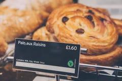 Świeżo robić Bólowe aux rodzynki na sprzedaży przy Pret żłób, Londyn, UK Zdjęcie Stock