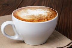 Świeżo robić filiżanka cappuccino z abstrakcjonistyczną latte sztuką obrazy royalty free