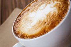 Świeżo robić filiżanka cappuccino z abstrakcjonistyczną latte sztuką obraz royalty free