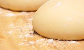 Świeżo robić pizzy ciasto na drewnianej ciapanie desce Fotografia Royalty Free