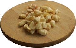 Świeżo Strugający i Roztrzaskujący czosnek na Drewnianej Tnącej desce - Odosobnionej obraz stock