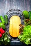 Świeżo ukradzeni warzywa i metalu kosz fotografia royalty free
