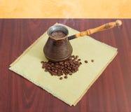Świeżo warząca kawa w starym kawowym garnku i kawowych fasolach Zdjęcie Stock
