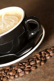 Cappuccino i Zamyka Kawowe fasole Zdjęcia Royalty Free