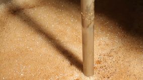 Świeżo warzący gorący piwo pieni się w browarnianym zbiorniku Rzemiosła piwny piwowarstwo kontrpara zbiory